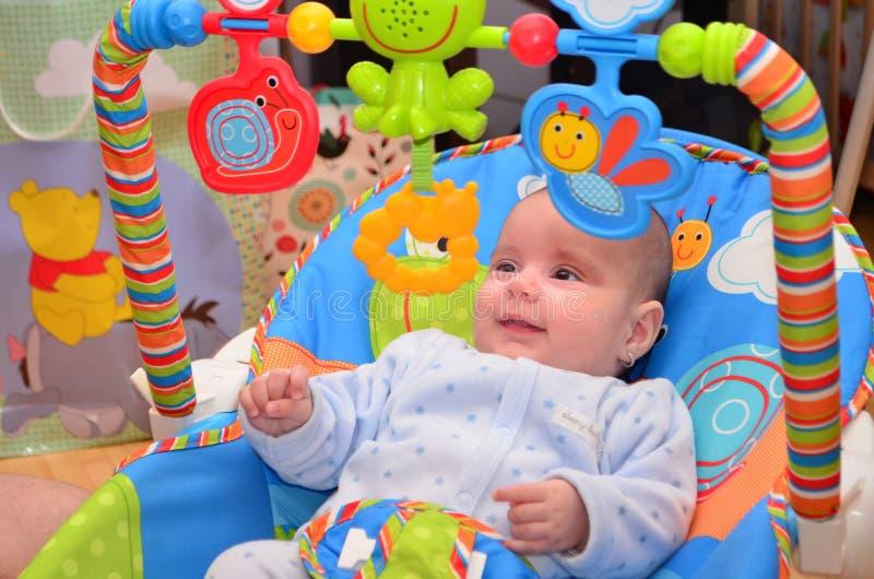 Dziecko bawić się na kołysa krześle obrazy stock