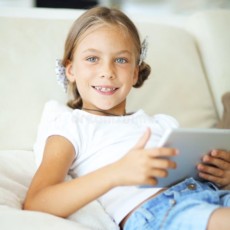 Dziecko bawić się na pastylka komputerze osobistym zdjęcie stock