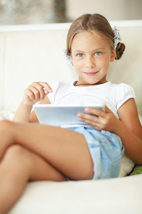 Dziecko bawić się na pastylka komputerze osobistym zdjęcie royalty free