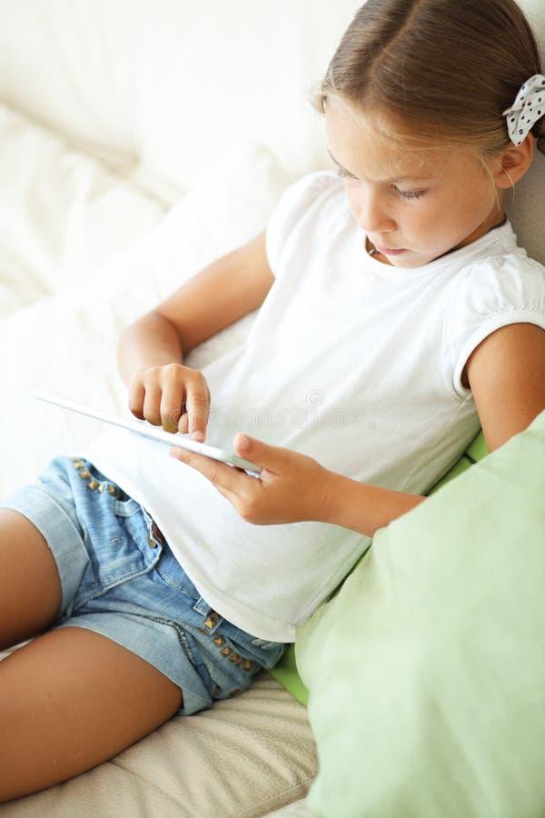 Dziecko bawić się na pastylka komputerze osobistym zdjęcia royalty free