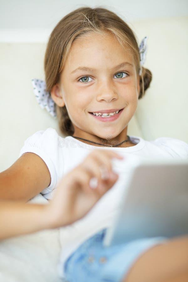 Dziecko bawić się na pastylka komputerze osobistym fotografia royalty free