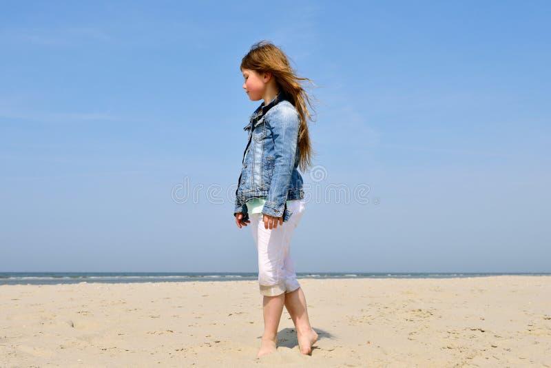 Dziecko bawić się na plaży zdjęcie royalty free