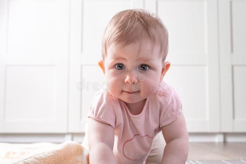 Dziecko Bawić się na podłoga obraz stock