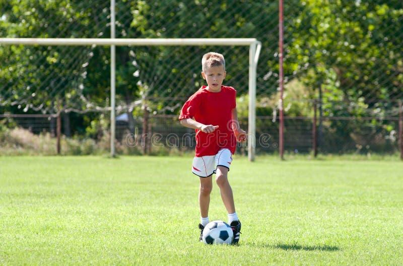 dziecko bawić się piłkę nożną fotografia royalty free