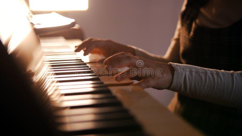 Dziecko bawić się pianino na muzycznej lekcji Piękny światło słoneczne fotografia stock