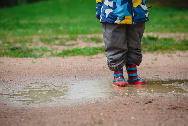 Dziecko bawić się w błotnistej kałuży fotografia royalty free