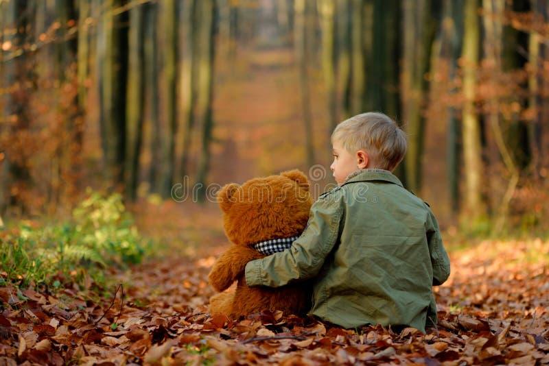 Dziecko bawić się w jesień parku zdjęcia royalty free