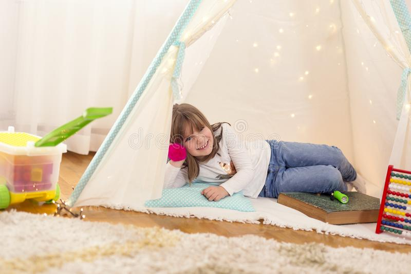 Dziecko bawić się w namiocie fotografia stock