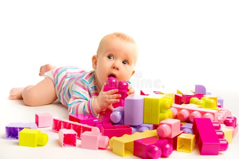 Dziecko bawić się w projektant zabawki blokach zdjęcia stock