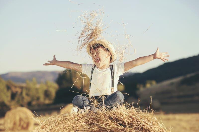 Dziecko bawić się w pszenicznym polu obraz stock