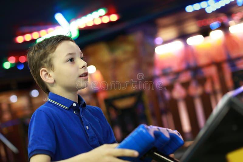 Dziecko bawić się w rozrywka parku zdjęcia stock