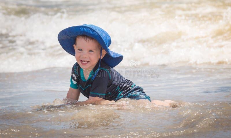 dziecko bawić się wodę obrazy royalty free