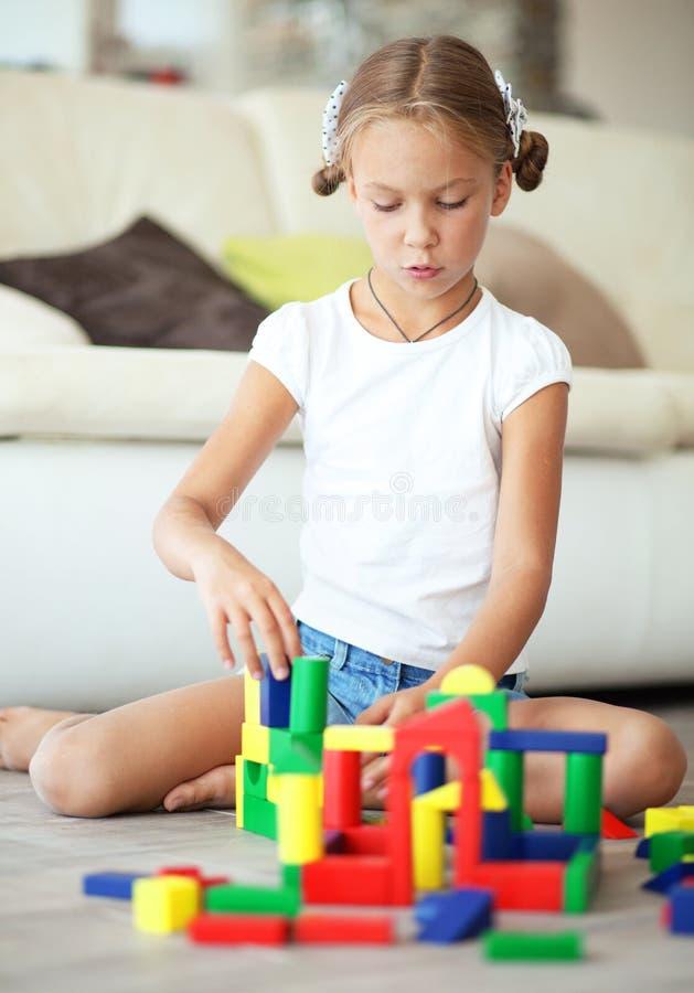 Dziecko bawić się z blokami zdjęcie royalty free