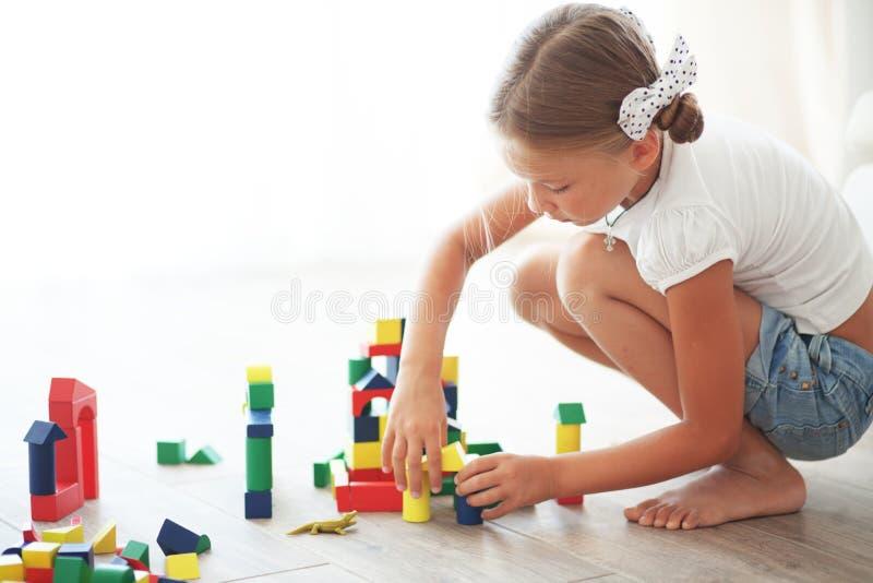 Dziecko bawić się z blokami zdjęcia royalty free