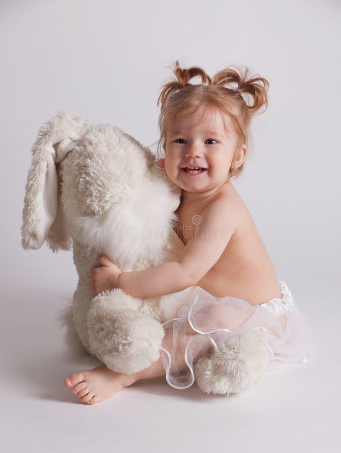 Dziecko bawić się z faszerującym zabawkarskim zwierzęciem zdjęcie stock