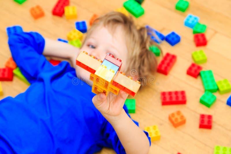 Download Dziecko Bawić Się Z Kolorowym Klingerytem Blokuje Salowego Zdjęcie Stock - Obraz złożonej z leisure, dzieciniec: 53791908