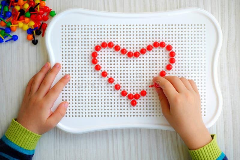 Dziecko bawić się z mozaiką zdjęcia royalty free