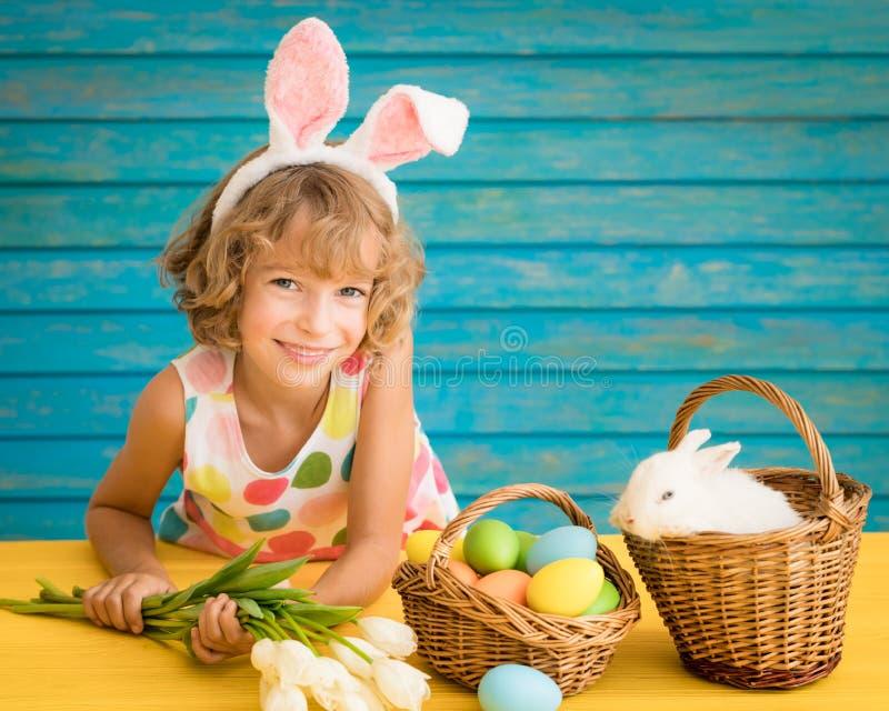Dziecko bawić się z Wielkanocnym królikiem fotografia stock