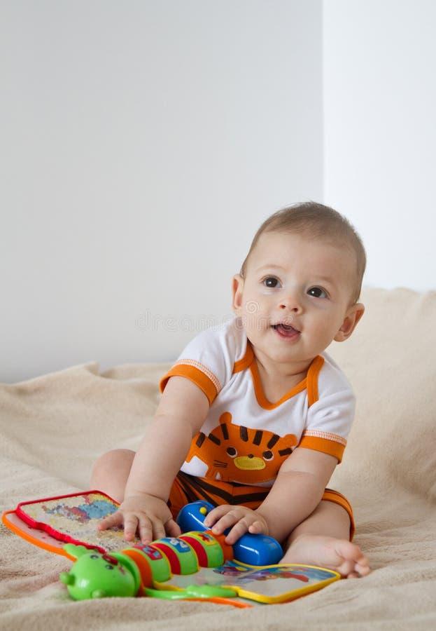 Dziecko bawić się z zabawką zdjęcie stock