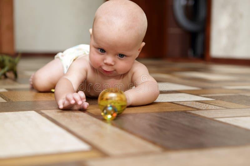 Dziecko bawić się z zabawką zdjęcie royalty free
