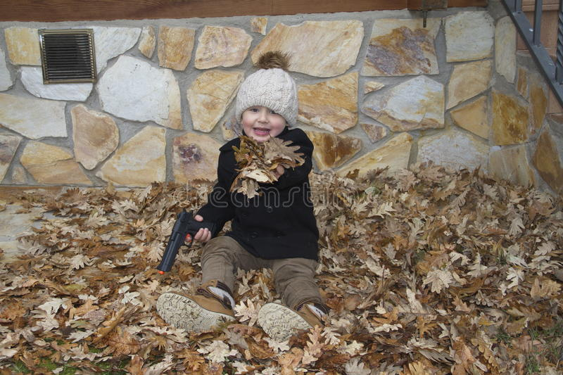 Dziecko bawić się z zabawka pistoletem zdjęcie stock