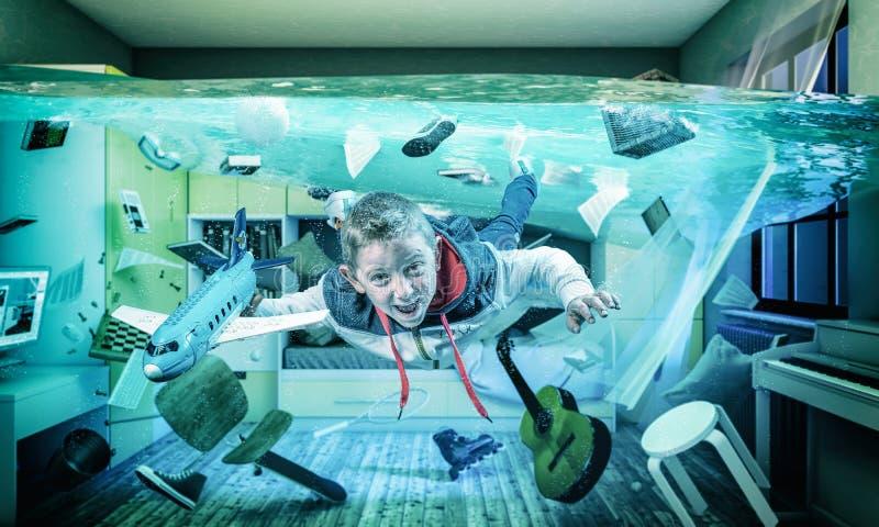 Dziecko bawi się z samolotem w swoim zalanym pokoju zdjęcie royalty free