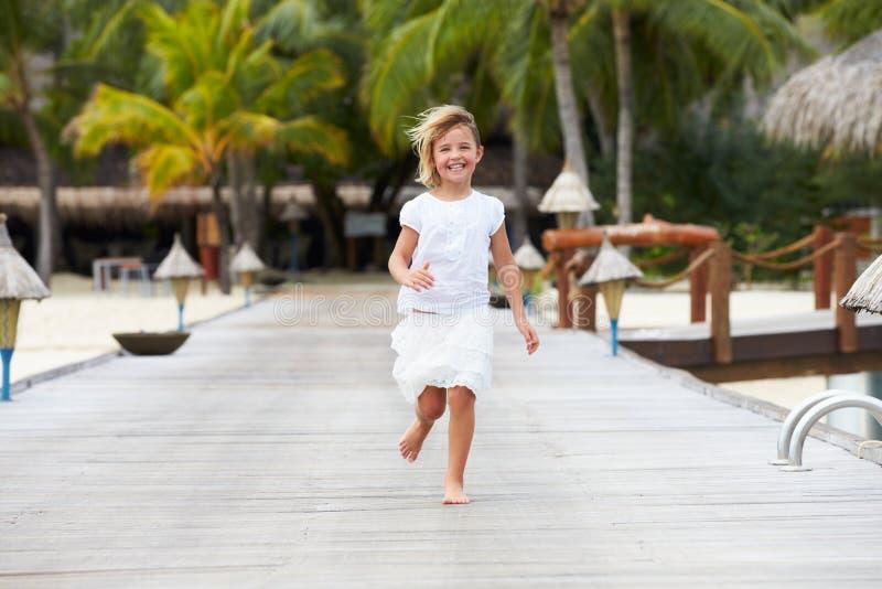 Dziecko bieg Wzdłuż Drewnianego Jetty zdjęcia royalty free