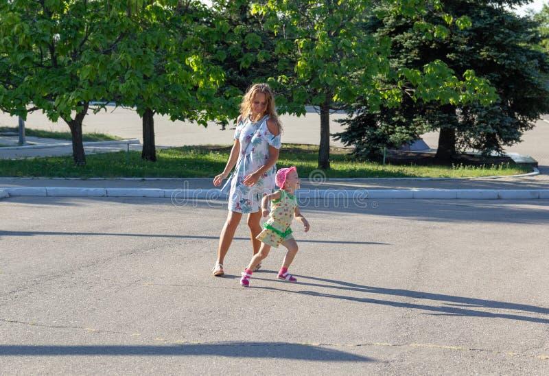 Dziecko biega zdala od mamy Mama biega dla dziecka zdjęcie stock