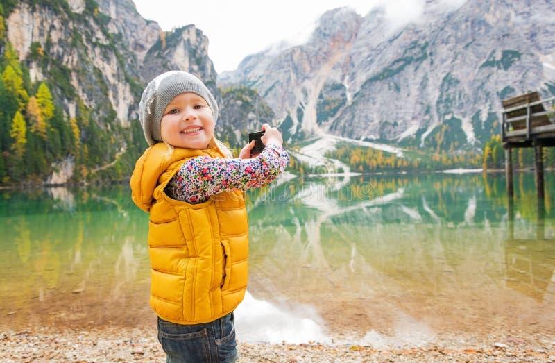 Dziecko bierze fotografię jeziorni braies w południowym Tyrol obrazy stock