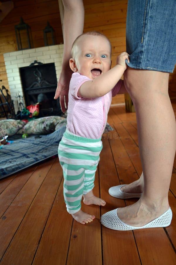 Dziecko bierze pierwszych kroki obrazy stock