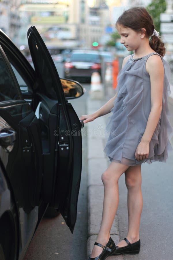 Dziecko blisko samochodu zdjęcia stock