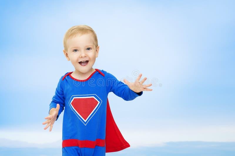 Dziecko bohater, dzieciaka mężczyzna w Błękitnym Super bohatera kostiumu, nadczłowiek obraz royalty free