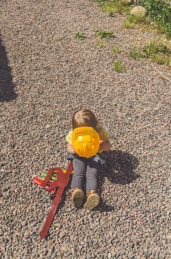 Dziecko budowniczy z hełmem i set zabawki narzędzie obrazy stock