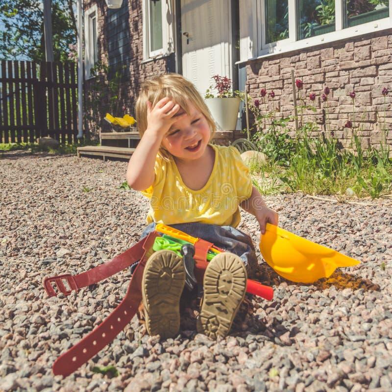 Dziecko budowniczy z hełmem i set zabawki narzędzie zdjęcia royalty free
