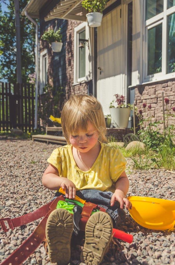 Dziecko budowniczy z hełmem i set zabawki narzędzie zdjęcie royalty free