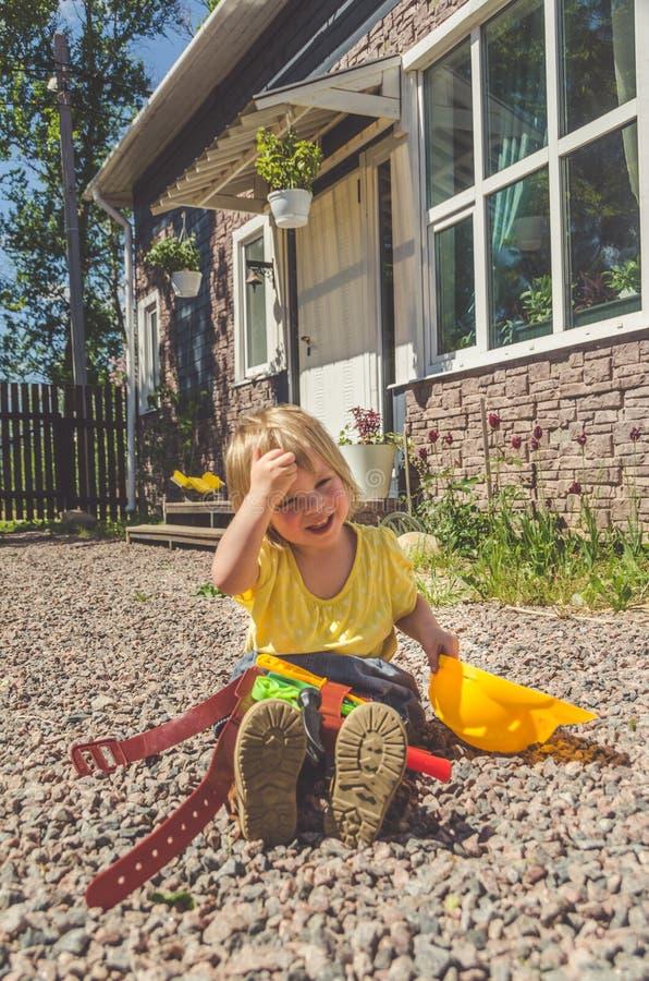 Dziecko budowniczy z hełmem i set zabawki narzędzie obraz royalty free