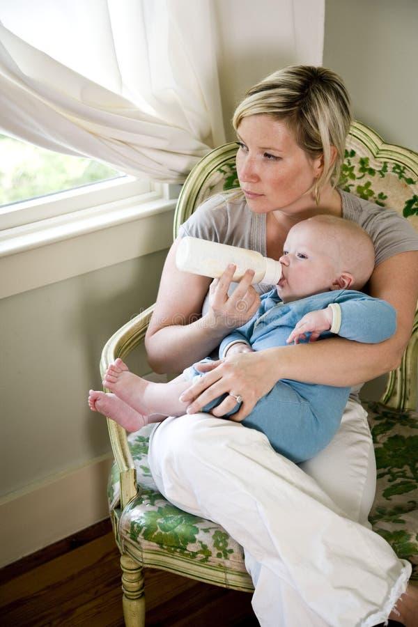 dziecko butelka - karmiący starzy siedem miesiąc jej matce obraz stock
