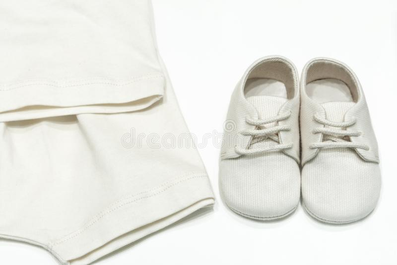Dziecko buty dla dzieci od naturalnych tkanin i ubrania Odgórny widok buty na koronkach i bodysuits dla dziecko beżowego koloru k zdjęcia stock
