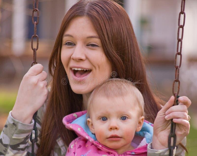 dziecko córki matka huśta się potomstwa zdjęcie royalty free