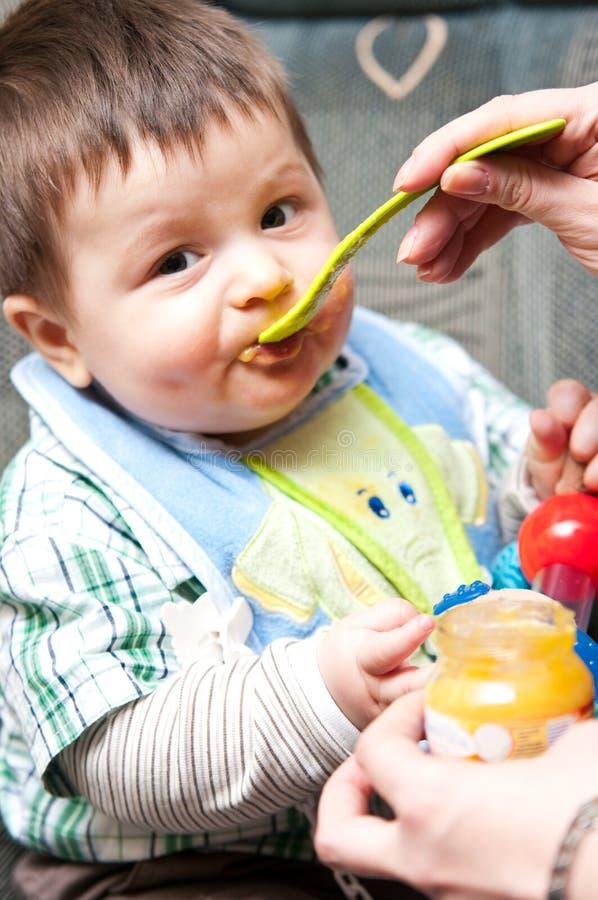 dziecko chłopiec karmiącym jest zdjęcia royalty free