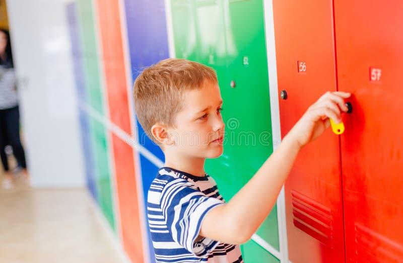 Dziecko chłopiec otwarcia metalu szkoły szafka fotografia royalty free