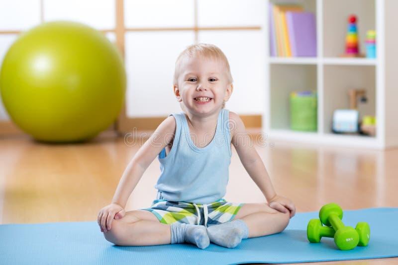 Dziecko chłopiec przygotowywająca sprawności fizycznych ćwiczenia fotografia royalty free