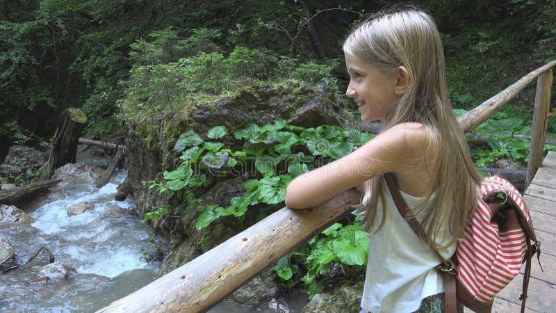Dziecko Chodzi Halnego ślad w campingu, dzieciak Wycieczkuje, dziewczyna w Lasowej przygodzie obraz stock