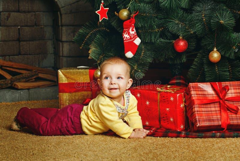Dziecko choinka i prezenty obrazy stock