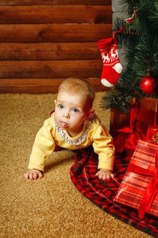 Dziecko choinka i prezenty zdjęcia royalty free