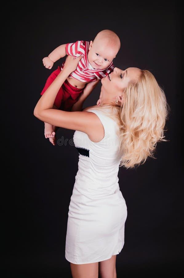 dziecko chwyt jej mama fotografia stock