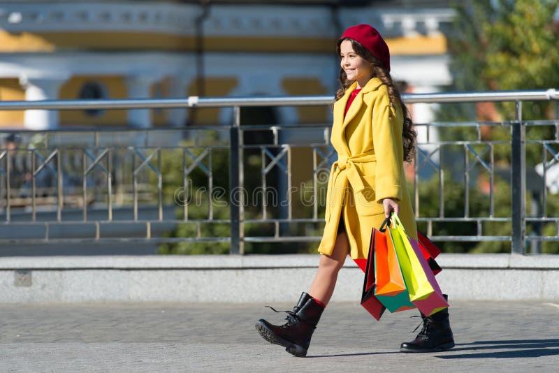 Dziecko chwyta wiązki uroczy eleganccy torba na zakupy Dziewczyny śliczna mała dama ubierał francuza stylowego żakiet i beret nie obraz royalty free
