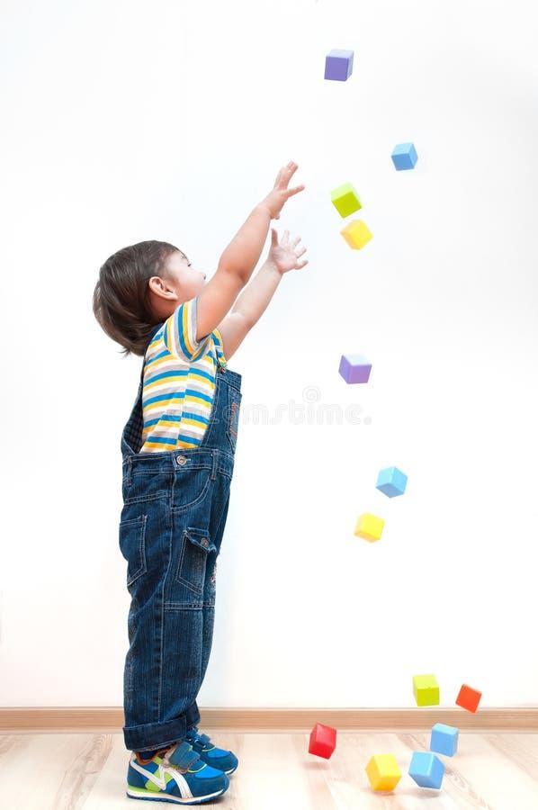 Dziecko ciągnie ręki upwards dla zabawek zdjęcia stock