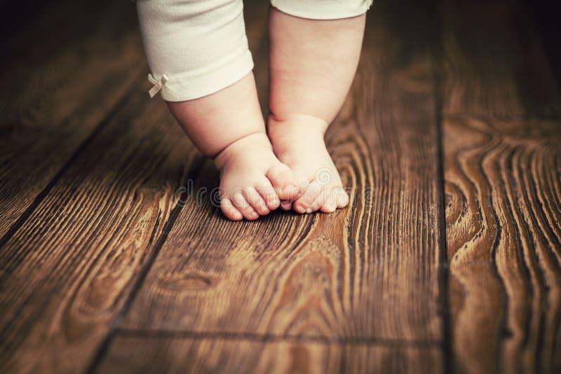 Dziecko cieki robi pierwszym krokom Dziecka ` s pierwsi kroki baby feet obraz stock