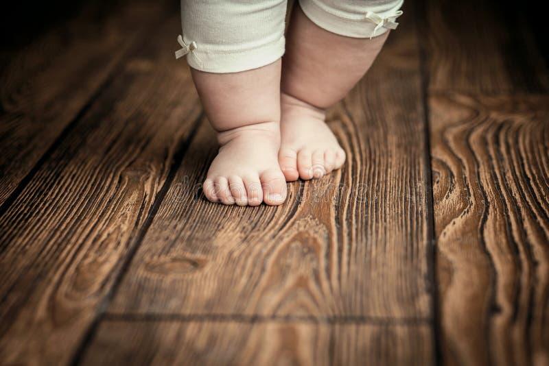 Dziecko cieki robi pierwszym krokom Dziecka ` s pierwsi kroki baby feet obraz royalty free